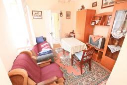 Гостиная. Продается дом в Герцег-Нови, Зеленика. 108м2, 5 спален, большая терраса, парковка на 4 автомобиля, 400 метров до моря, цена - 120'000 Евро. в Зеленике