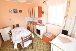 Кухня. Продается дом в Герцег-Нови, Зеленика. 108м2, 5 спален, большая терраса, парковка на 4 автомобиля, 400 метров до моря, цена - 120'000 Евро. в Зеленике