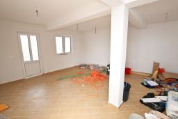 Спальня. Продается современный дом в Кримовице. 378м2, большая гостиная, 3 спальни, 2 ванные комнаты, бассейн, камин, огромная терраса с шикарным видом на море, 2км до пляжа, цена - 450'000 Евро. в Кримовице