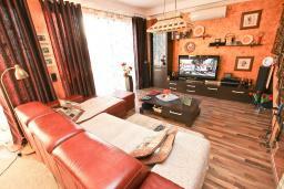 Гостиная. Продается 2-х этажный дом в Шушань, Зелени Пояс. 218м2, большая гостиная, 3 спальни, 3 ванные комнаты, 2 террасы с видом на море, участок 200м2, 300 метров до пляжа, цена - 315'000 Евро. в Шушани