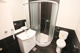 Ванная комната. Продается квартира в Нивице. 35м2, гостиная, спальня, балкон с шикарным видом на море, 400 метров до пляжа, цена - 65'000 Евро. в Нивице