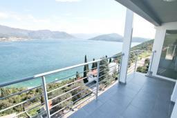Балкон. Продается квартира в Нивице. 68м2, гостиная, 2 спальни, большой балкон с шикарным видом на море, 400 метров до пляжа, цена - 160'000 Евро. в Нивице