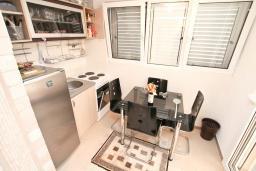 Кухня. Продается квартира в Нивице. 35м2, гостиная, спальня, терраса, 100 метров до моря, цена - 46'350 Евро. в Нивице