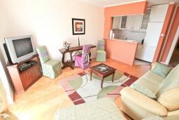 Гостиная. Черногория, Герцег-Нови : Апартамент с большой гостиной, с отдельной спальней, с балконом с видом на море