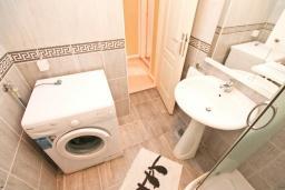 Ванная комната. Черногория, Герцег-Нови : Апартамент с большой гостиной, с отдельной спальней, с балконом с видом на море