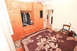 Спальня. Продается дом с участком 2700м2 в Герцег-Нови, Поди. 82м2, гостиная, большая кухня, 2 спальни, балкон и терраса, 3 км до моря, цена - 370'000 Евро. в Герцег Нови
