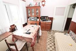 Кухня. Продается дом с участком 2700м2 в Герцег-Нови, Поди. 82м2, гостиная, большая кухня, 2 спальни, балкон и терраса, 3 км до моря, цена - 370'000 Евро. в Герцег Нови