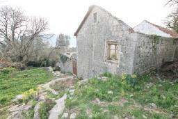 Фасад дома. Продается старый дом 95м2 с участком 660м2 в Герцег-Нови, Поди. 3.2 км до моря, цена - 80'000 Евро. в Герцег Нови