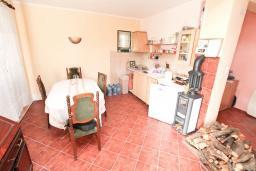 Кухня. Продается 2-х этажный дом в Каменари. 118м2, 2 большие гостиные, 5 спален, 2 ванные комнаты, терраса и балкон с видом на море, 400 метров до пляжа, цена - 150'000 Евро. в Герцег Нови