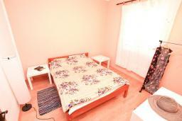 Спальня. Продается 2-х этажный дом в Каменари. 118м2, 2 большие гостиные, 5 спален, 2 ванные комнаты, терраса и балкон с видом на море, 400 метров до пляжа, цена - 150'000 Евро. в Герцег Нови