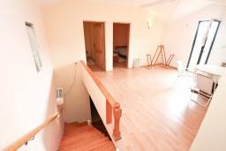 Гостиная. Продается 2-х этажный дом в Каменари. 118м2, 2 большие гостиные, 5 спален, 2 ванные комнаты, терраса и балкон с видом на море, 400 метров до пляжа, цена - 150'000 Евро. в Герцег Нови
