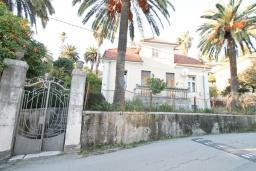 Фасад дома. Продается 2-х этажный дом в Герцег-Нови, Савина. 320м2, 6 спален, 3 ванные комнаты, участок 350м2, гараж, 100 метров до моря, цена - 1'500'000 Евро. в Герцег Нови