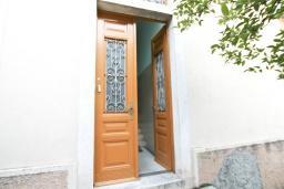 Вход. Продается 2-х этажный дом в Герцег-Нови, Савина. 320м2, 6 спален, 3 ванные комнаты, участок 350м2, гараж, 100 метров до моря, цена - 1'500'000 Евро. в Герцег Нови