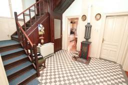 Коридор. Продается 2-х этажный дом в Герцег-Нови, Савина. 320м2, 6 спален, 3 ванные комнаты, участок 350м2, гараж, 100 метров до моря, цена - 1'500'000 Евро. в Герцег Нови