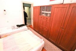 Спальня. Продается 2-х этажный дом в Герцег-Нови, Савина. 320м2, 6 спален, 3 ванные комнаты, участок 350м2, гараж, 100 метров до моря, цена - 1'500'000 Евро. в Герцег Нови