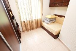 Спальня 2. Черногория, Булярица : Большой люкс апартамент для 5-6 человек, с гостиной, с 2-мя отдельными спальнями, с балконом с видом на бассейн