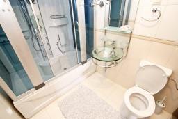 Ванная комната. Черногория, Булярица : Большой люкс апартамент для 5-6 человек, с гостиной, с 2-мя отдельными спальнями, с балконом с видом на бассейн