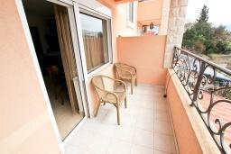 Балкон. Черногория, Булярица : Большой люкс апартамент для 5-6 человек, с гостиной, с 2-мя отдельными спальнями, с балконом с видом на бассейн
