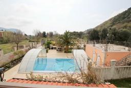 Вид. Черногория, Булярица : Большой люкс апартамент для 5-6 человек, с гостиной, с 2-мя отдельными спальнями, с балконом с видом на бассейн