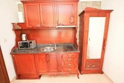 Кухня. Черногория, Булярица : Люкс апартамент с гостиной, с отдельной спальней, с балконом с видом на горы
