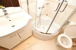 Ванная комната. Черногория, Булярица : Люкс апартамент с гостиной, с отдельной спальней, с балконом с видом на горы