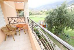 Балкон. Черногория, Булярица : Люкс апартамент с гостиной, с отдельной спальней, с балконом с видом на горы