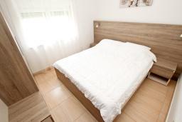 Спальня. Черногория, Булярица : Апартамент с гостиной, с отдельной спальней, с балконом с видом на горы