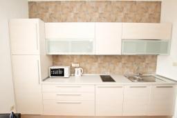 Кухня. Черногория, Булярица : Апартамент с гостиной, с отдельной спальней, с балконом с видом на море и бассейн