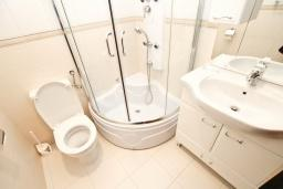 Ванная комната. Черногория, Булярица : Апартамент с гостиной, с отдельной спальней, с балконом с видом на море и бассейн