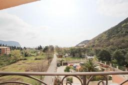 Вид на море. Черногория, Булярица : Апартамент с гостиной, с отдельной спальней, с балконом с видом на море и бассейн
