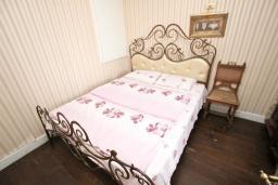 Спальня. Черногория, Будва : Шикарный дом с гостиной с камином, с 3-мя отдельными спальнями, с 2-мя ванными комнатами, с террасой и балконом, с великолепным садом, с местом для барбекю, Wi-Fi, гараж