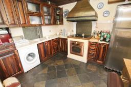 Кухня. Черногория, Будва : Шикарный дом с гостиной с камином, с 3-мя отдельными спальнями, с 2-мя ванными комнатами, с террасой и балконом, с великолепным садом, с местом для барбекю, Wi-Fi, гараж