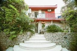 Фасад дома. Черногория, Будва : Шикарный дом с гостиной с камином, с 3-мя отдельными спальнями, с 2-мя ванными комнатами, с террасой и балконом, с великолепным садом, с местом для барбекю, Wi-Fi, гараж