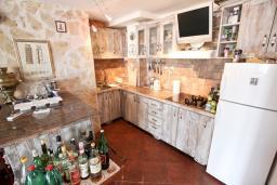 Кухня. Черногория, Утеха : 3-х этажный дом с 4-мя отдельными спальнями, с 3-мя ванными комнатами, с 2-мя большими террасами с шикарным видом на море, 30 метров до пляжа, с местом для барбекю, с гаражом, Wi-Fi