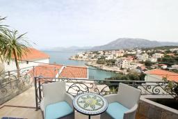 Терраса. Черногория, Утеха : 3-х этажный дом с 4-мя отдельными спальнями, с 3-мя ванными комнатами, с 2-мя большими террасами с шикарным видом на море, 30 метров до пляжа, с местом для барбекю, с гаражом, Wi-Fi