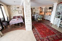 Гостиная. Черногория, Утеха : 3-х этажный дом с 4-мя отдельными спальнями, с 3-мя ванными комнатами, с 2-мя большими террасами с шикарным видом на море, 30 метров до пляжа, с местом для барбекю, с гаражом, Wi-Fi