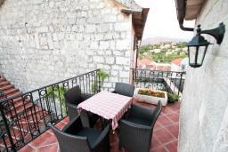 Балкон. Черногория, Радовичи : Комплекс из 2-х каменных вилл с большой гостиной, с 4-мя спальнями, с 3-мя ванными комнатами, с большой террасой с местом для барбекю, коноба, 1.2км до моря