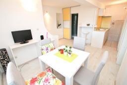 Гостиная. Черногория, Баошичи : Апартамент для 4 человек, с 2-мя отдельными спальнями, с большой террасой, возле пляжа