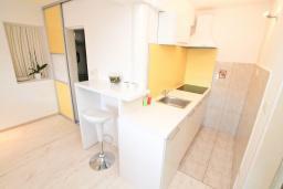 Кухня. Черногория, Баошичи : Апартамент для 4 человек, с 2-мя отдельными спальнями, с большой террасой, возле пляжа