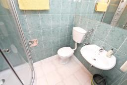 Ванная комната. Черногория, Баошичи : Апартамент для 4 человек, с 2-мя отдельными спальнями, с большой террасой, возле пляжа