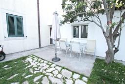Терраса. Черногория, Баошичи : Апартамент для 4 человек, с 2-мя отдельными спальнями, с большой террасой, возле пляжа