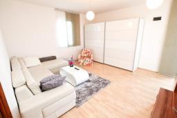 Гостиная. Черногория, Баошичи : Большой, современный апартамент для 4-6 человек, с просторной гостиной и кухней, с  двумя отдельными спальнями, с террасой, возле пляжа