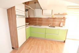 Кухня. Черногория, Баошичи : Большой, современный апартамент для 4-6 человек, с просторной гостиной и кухней, с  двумя отдельными спальнями, с террасой, возле пляжа