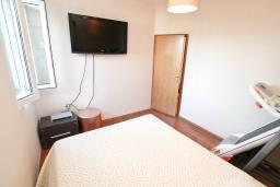 Спальня. Черногория, Баошичи : Большой, современный апартамент для 4-6 человек, с просторной гостиной и кухней, с  двумя отдельными спальнями, с террасой, возле пляжа