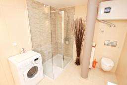 Ванная комната. Черногория, Баошичи : Большой, современный апартамент для 4-6 человек, с просторной гостиной и кухней, с  двумя отдельными спальнями, с террасой, возле пляжа