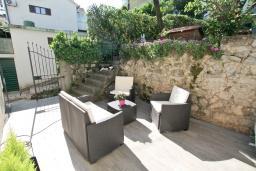 Терраса. Черногория, Баошичи : Большой, современный апартамент для 4-6 человек, с просторной гостиной и кухней, с  двумя отдельными спальнями, с террасой, возле пляжа