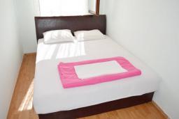 Спальня 2. Черногория, Баошичи : Большой, современный апартамент для 4-6 человек, с просторной гостиной и кухней, с  двумя отдельными спальнями, с террасой, возле пляжа