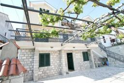 Фасад дома. Продается 3-х этажный дом в Герцег-Нови, Србина. 200м2, 5 спален, 5 ванных комнат, 2 балкона с шикарным видом на море, большая терраса, до пляжа около 1 км, цена - 415'000 Евро. в Герцег Нови