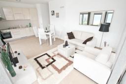 Гостиная. Продается квартира в Дженовичи. 93м2, большая гостиная, 2 спальни, 2 ванные комнаты, большая терраса с видом на море, 300 метров до пляжа, цена - 199'500 Евро. в Дженовичи