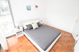 Спальня. Продается квартира в Дженовичи. 93м2, большая гостиная, 2 спальни, 2 ванные комнаты, большая терраса с видом на море, 300 метров до пляжа, цена - 199'500 Евро. в Дженовичи
